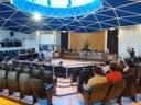 Vereadores comentam resultado de eleições municipais durante sessão.