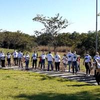Vereadores e assessores plantam árvores as margens de nascente do Córrego Traíras